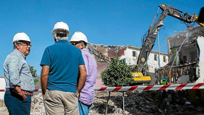 El alcalde de Sevilla, Juan Ignacio Zoido, supervisa la demolicion de...