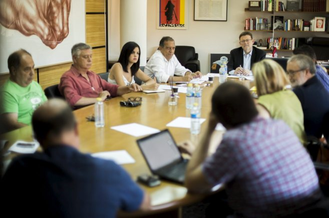 Ximo Puig se reúne con los miembros de la comunidad educativa.