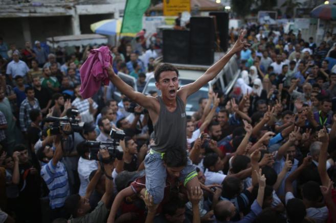 Palestinos celebran el acuerdo del alto al fuego permanente.