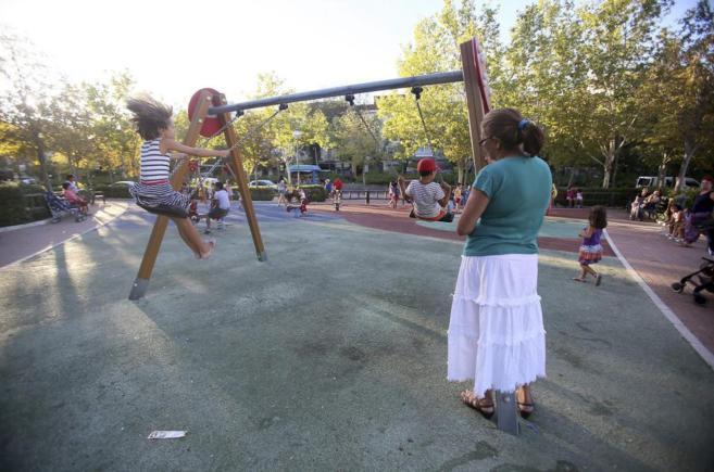 Niños jugando en un parque infantil de Ciudad Lineal, situado en la...