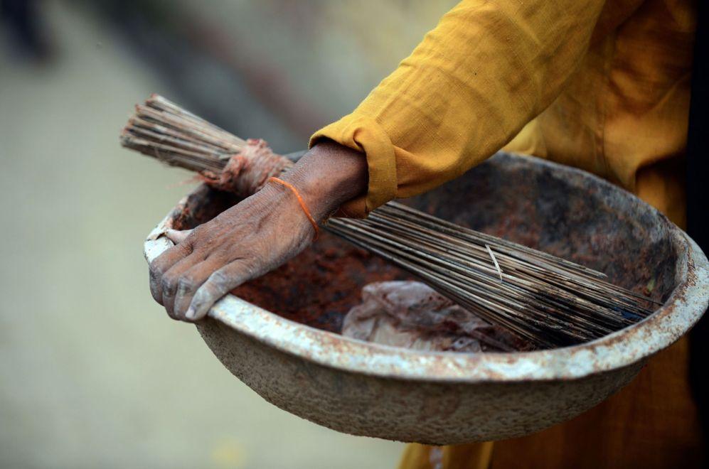 Una mujer indú que se dedica a barrer manualmente,  lleva las...