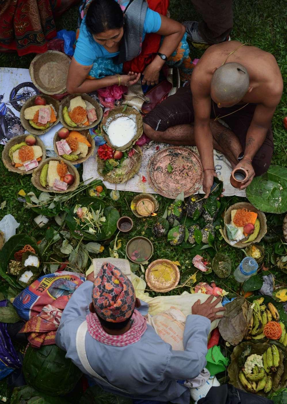 Devotos hindúes de Nepal realiza un ritual durante la conmemoración...