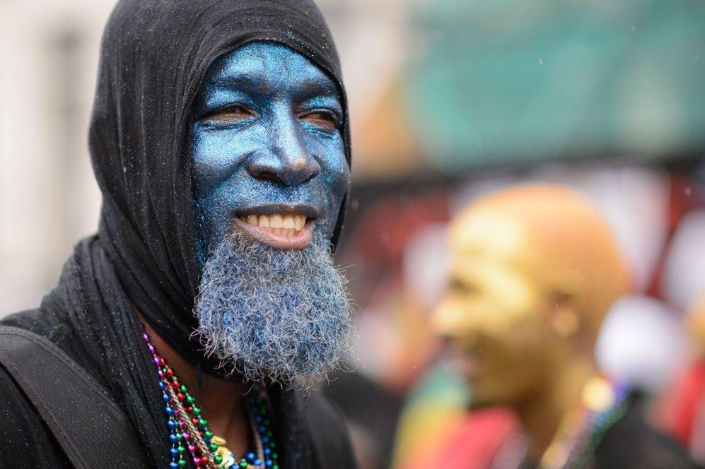 Un intérprete toma parte en el desfile el segundo día del Carnaval...