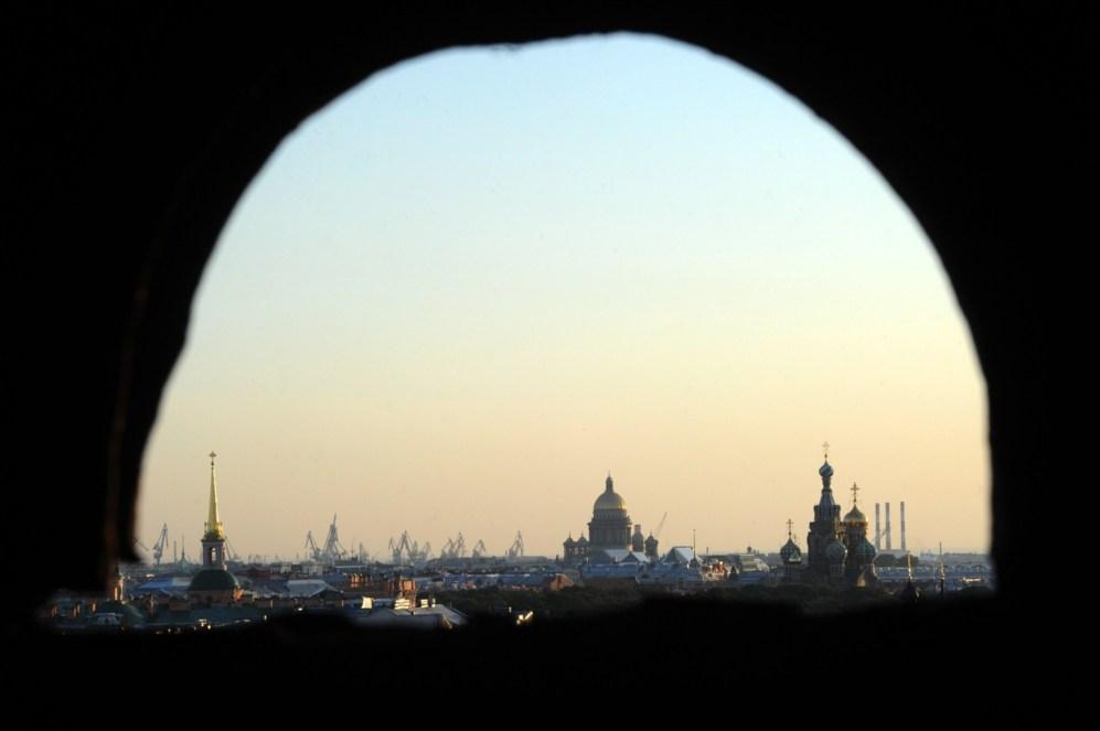 Una foto tomada muestra la vista desde la azotea del centro de la...
