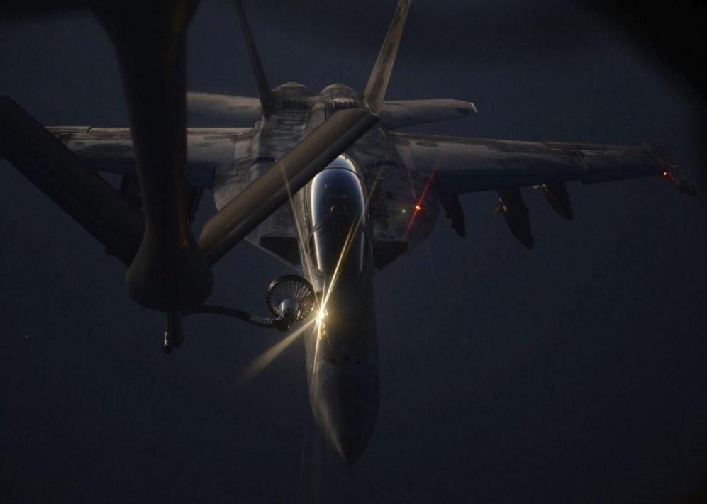 La foto muestra un caza reabasteciéndose en vuelo de un Air Force...