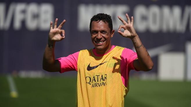 Adriano hace el gesto de encontrarse ya en plena forma, durante el...