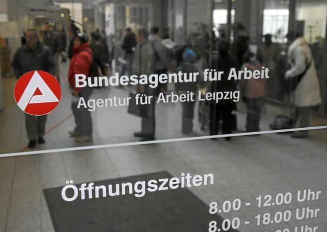 Varias personas hacen cola en una Oficina de Empleo de Leipzig.