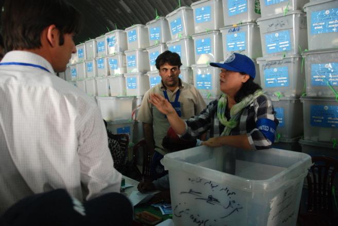 Una asesora de la ONU en el recuento de votos en Kabul.