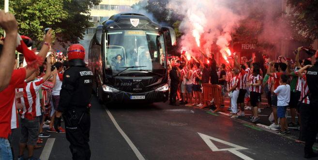 El autobús del Athletic Club de Bilbao a su llegada al estadio de San...