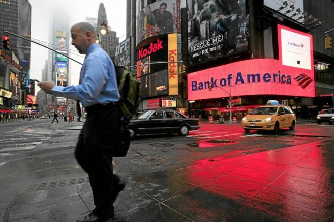 Un trabajador camino de la oficina consulta su móvil en Times Square.