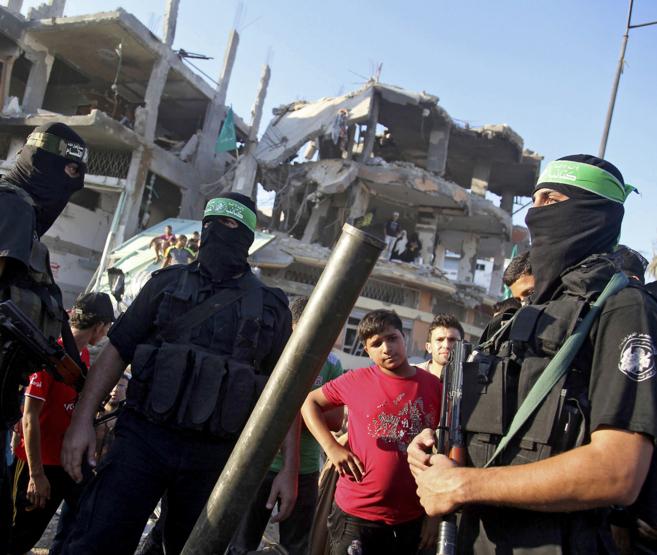 Militantes del grupo islamista Hamas celebran la 'victoria'...