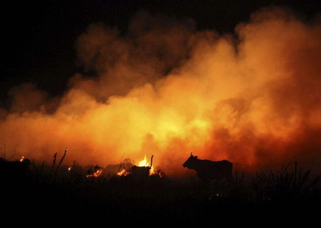 Vista del incendio forestal que se mantiene activo en la sierra del...