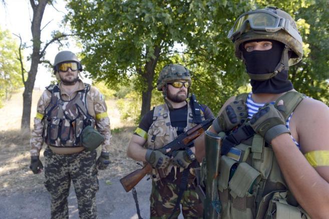 Voluntarios ucranianos patrullas la ciudad de Novoazovsk, sobre la que...