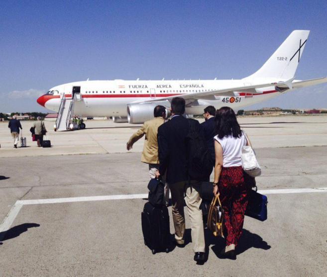 El Airbus 310 en el que viajaba el ministro, en su parada en Abu Dabi.