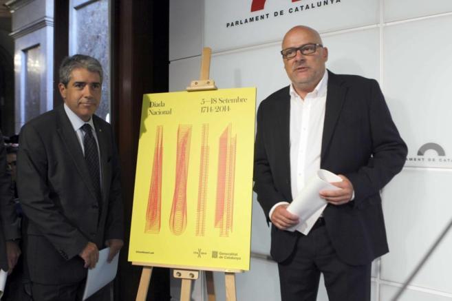 Homs y Corominas junto al cartel de la Diada.