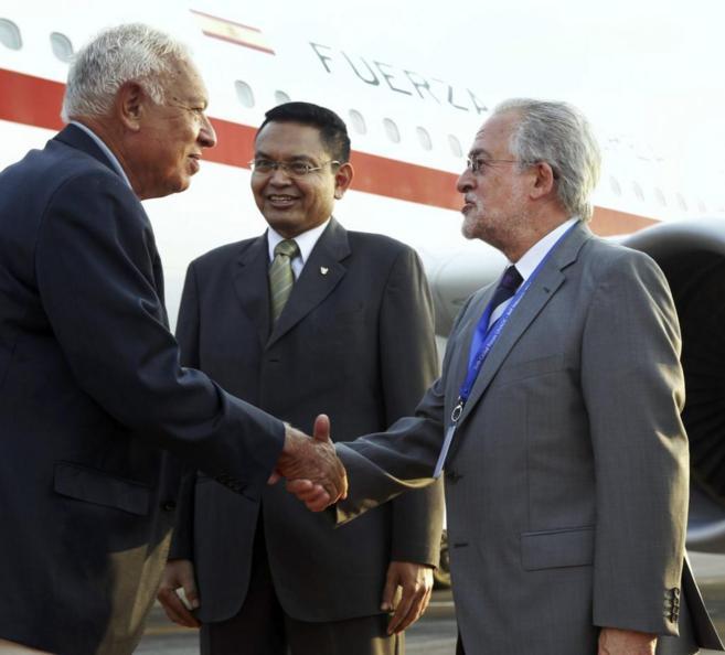 El ministro de Exteriores (i) recibido por el embajador español en...