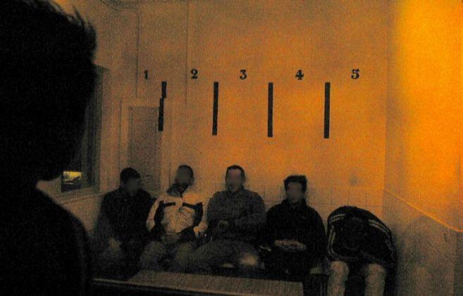 Varios hombres forman parte de una rueda de reconocimiento