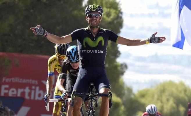 Alejandro Valverde celebra su victoria en la entrada a meta.