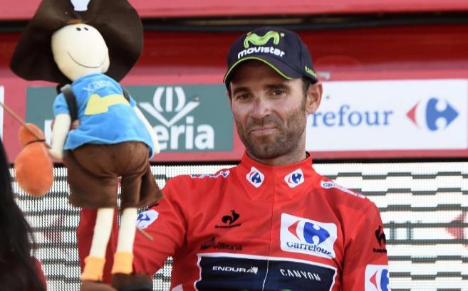Alejandro Valverde celebra en el podio su victoria en la secta etapa.