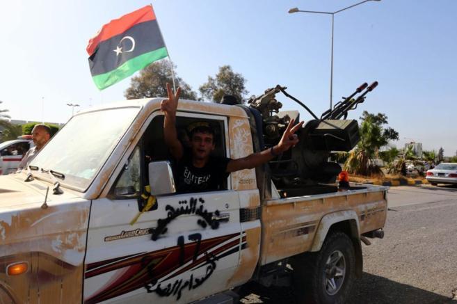 Un miembro islamista de la milicia de Fajr Libia (El Alba de Libia),...