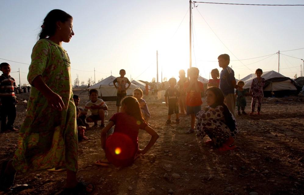 Niños refugiados, que huyeron de los ataques yihadistas en Mosul,...