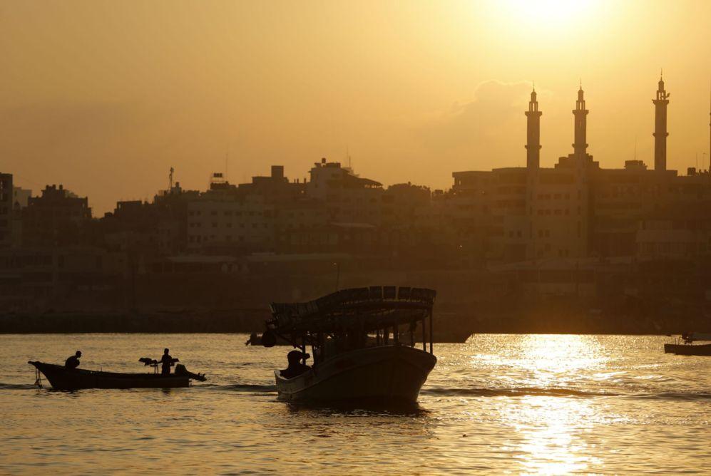 Pescadores palestinos salen a faenar en el puerto de Gaza tras el...