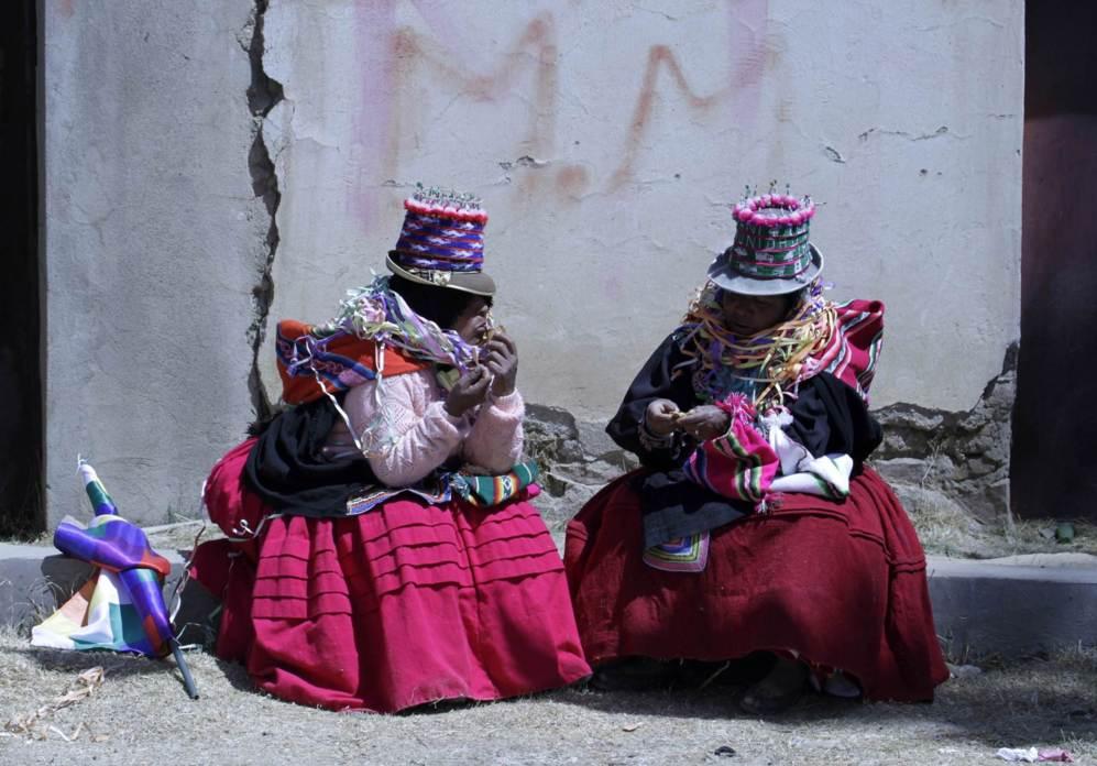 """Mujeres aimara charlan durante la ceremonia """"Marcha por la vida"""", en..."""