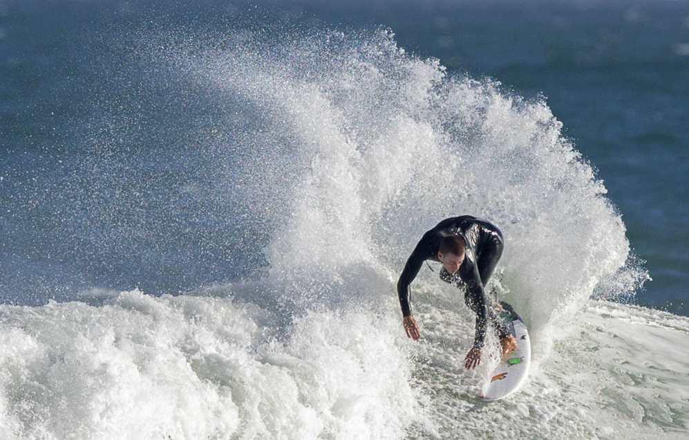 Un surfista  cabalga una hola en Malibú, California. Estas últimas...