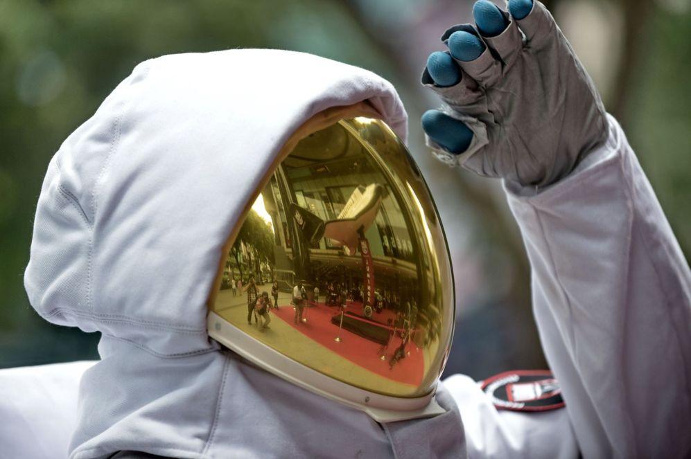 """Un modelo posa mientras leva un traje espacial en la feria """"Luminox..."""