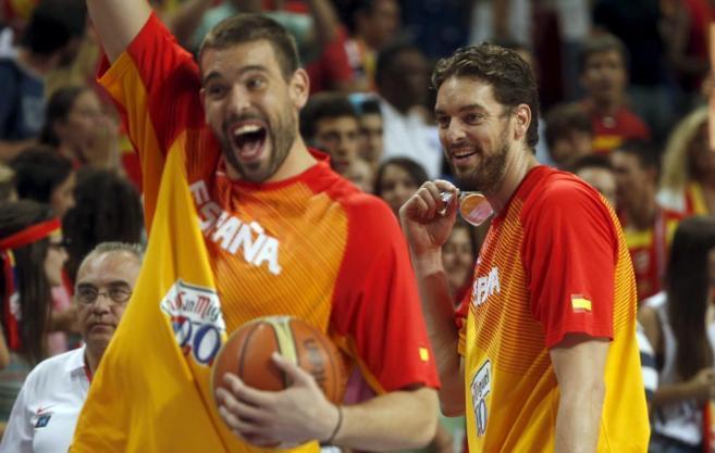 Los hermanos Gasol, en uno de los partidos de preparación para el...