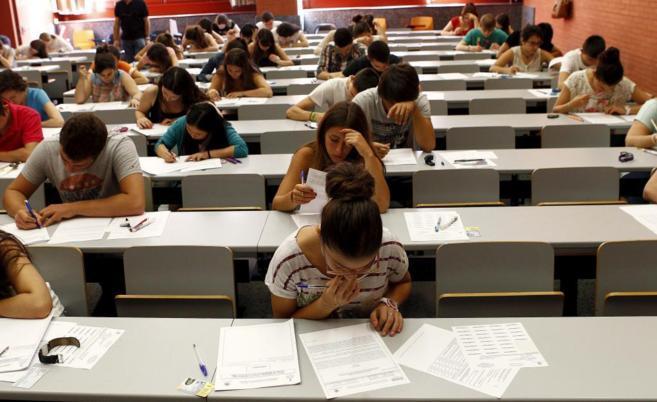Un clase con alumnos mientras se examinan de la selectividad.