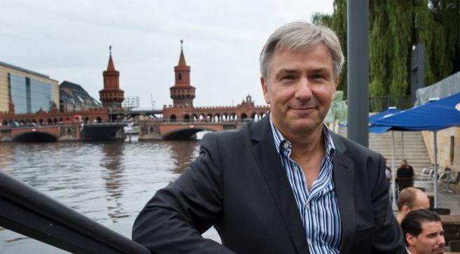 El alcalde Klaus WoWereit posando a orillas del río Spree.