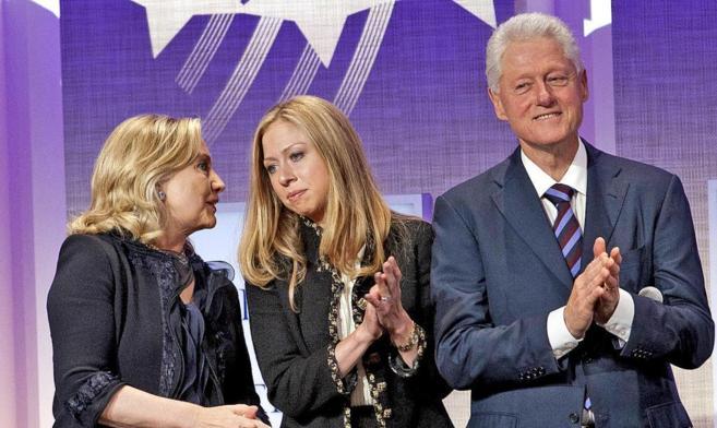Hillary Clinton y Bill Clinton junto a su hija Chelsea.