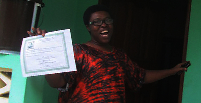 La misionera Paciencia muestra el documento que certifica que ya no...