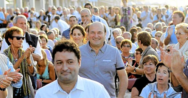 Andoni Ortuzar recibe el aplauso de sus simpatizantes antes del acto...