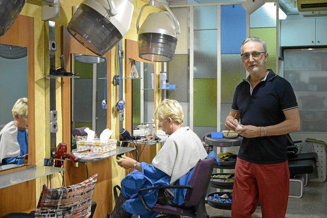 Joan Coll, en su peluquería en la Plaza de los Patines empezando el...