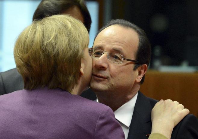 Angela Merkel besa a François Hollande durante una cumbre.