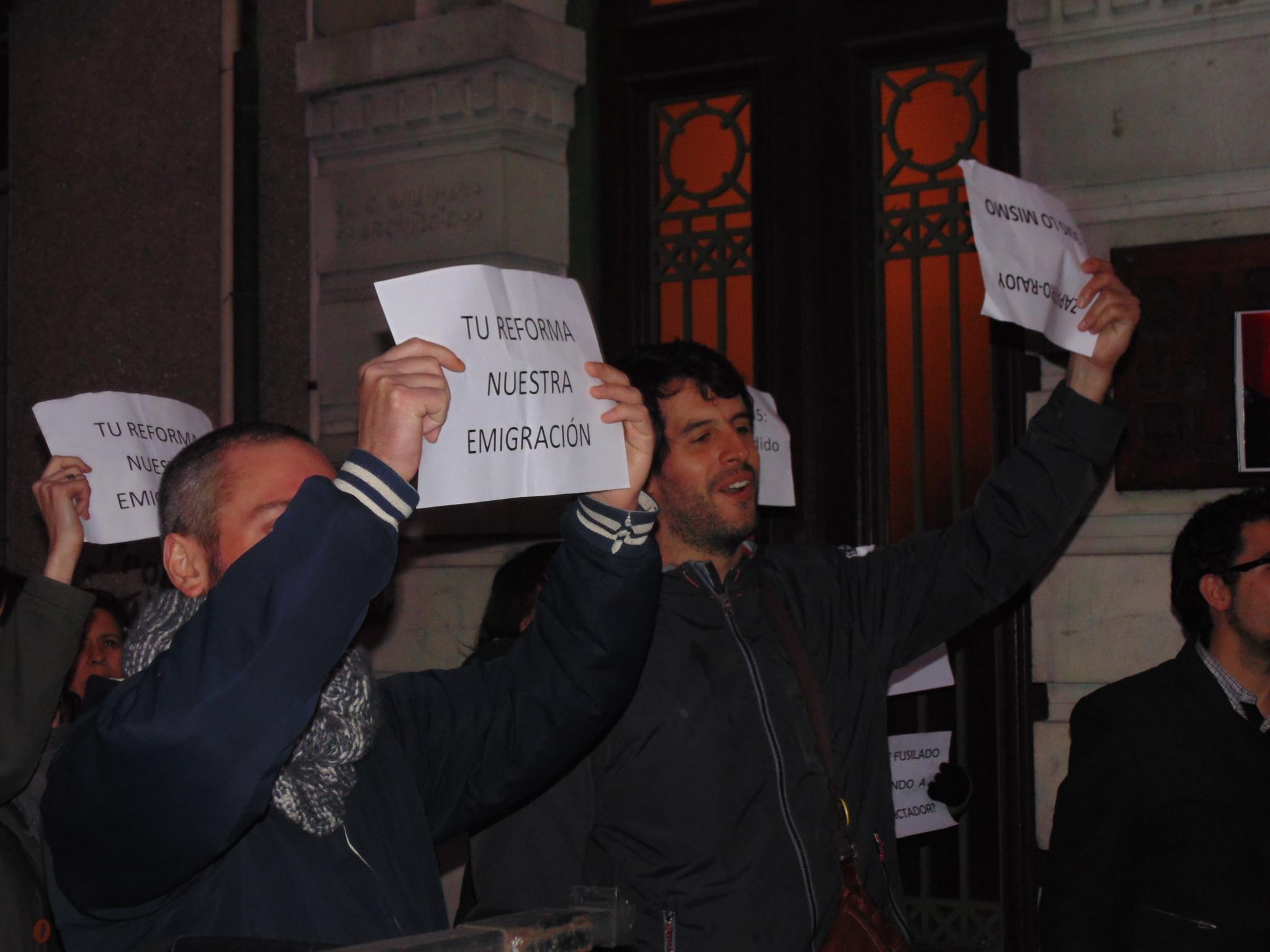 Jóvenes españoles protestan al paso de Zapatero.