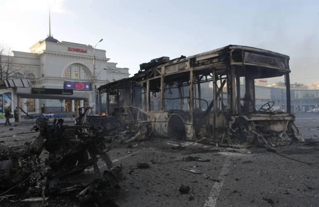 Vehículos quemados cerca de una estación de ferrocarril en Donetsk,...