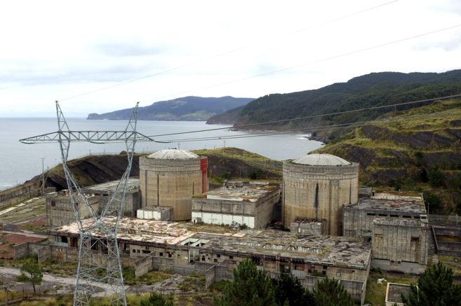 Las ruinas de la central nuclear de Lemóniz, frente a la costa de...