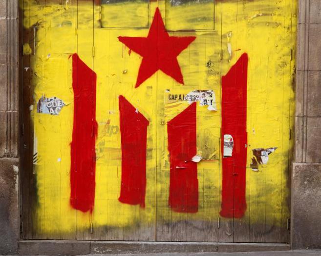 Bandera estelada pintada en la plaza del Fossar de les Moreres de...
