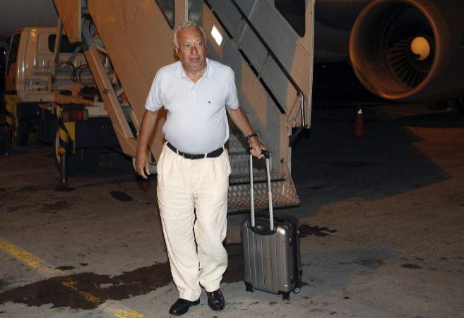 El ministro español de Exteriores baja del avión tras el despegue...