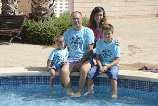 El pequeño Álvaro junto a la piscina con sus padres, José y Elvira,...
