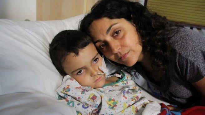 Ashya, con su madre Naghemeh King en una fotografía publicada en...