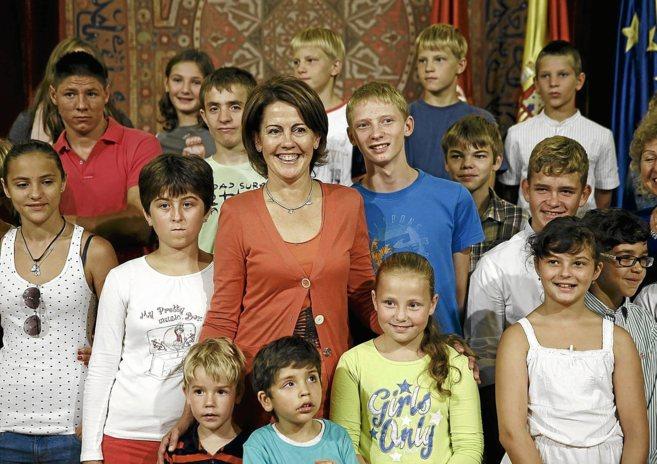 Barcina posa con un grupo de niños ucranianos, a los que recibió el...