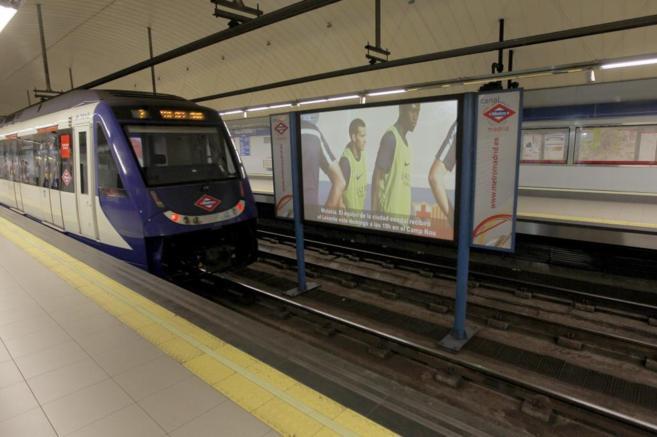 Un tren de Metro entrando en la estación de Plaza Castilla.