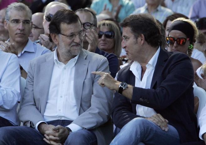 Mariano Rajoy habla con Alberto Núñez Feijóo.