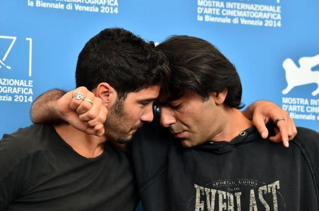 El director turco Fatih Akin (dcha.) posa junto al francés Tahar...