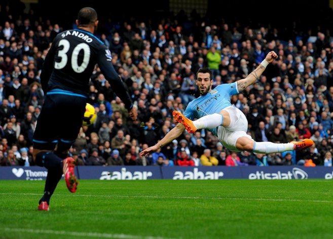 Remate acrobático de Negredo en el partido ante el Tottenham.