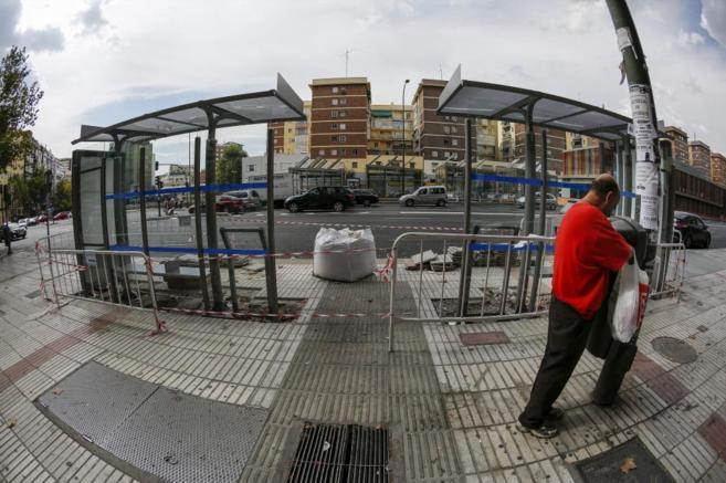 Dos de las nueva marquesinas de autobús instaladas en avenida de...